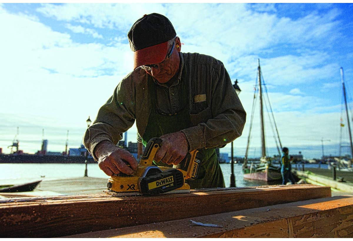 how to use an electric hand planer featured image
